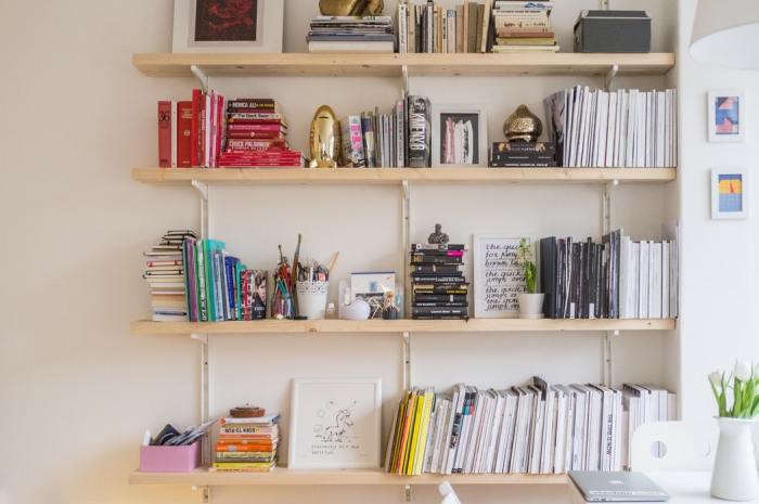 kleurrijke boekenkast