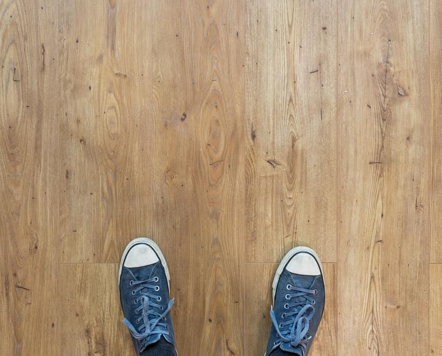 houten vloer met sneakers