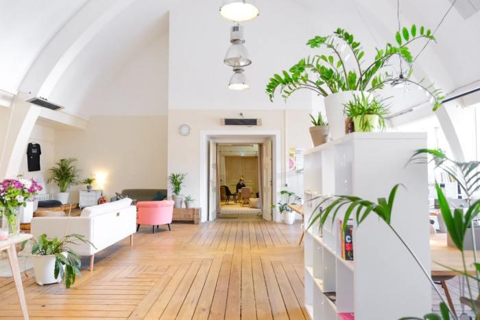 witte muur met houten vloer