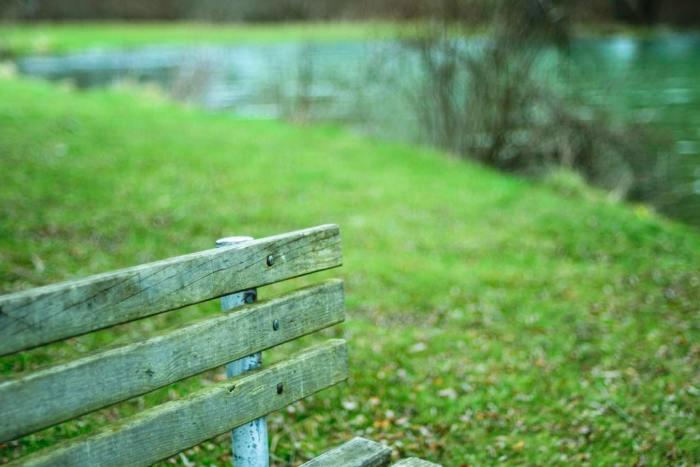 groen houten bankje
