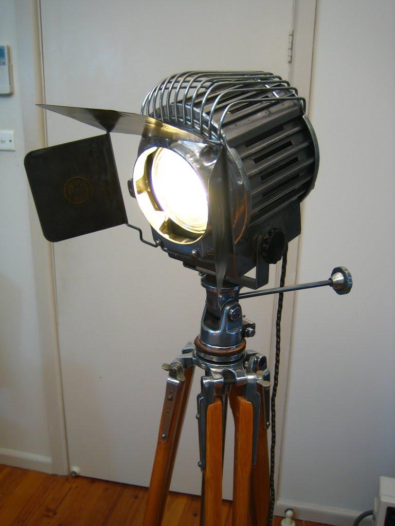 Vintage theaterlampen op statief  Woonspiratie