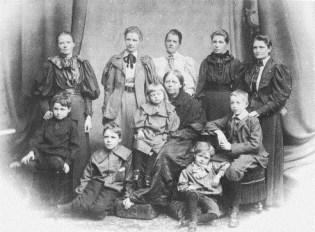 Boole Familiefoto (Ethel staat tweede van linksboven)