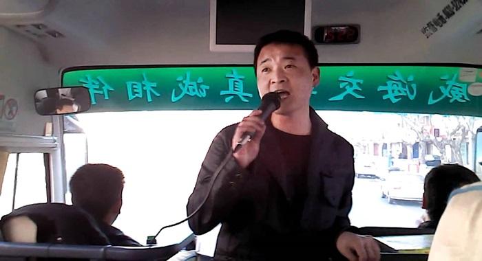 """""""길에서 중국어를 쓰면 한국인들이 부러운 눈길을 보낸다""""고 말하는 중국가이드"""