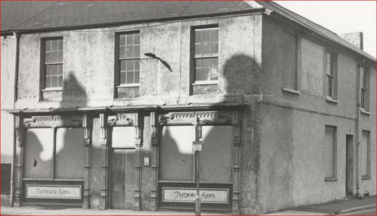 THE-LAST-PUB-IN-THE-NOTORIOUS-BUTE-TERRACE-AREA-AWAITS-DEMOLITION-IN-THE-1970s.-THE-TREDEGAR.