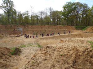 Un groupe d'élèves visite l'Archéovillage