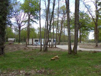 Le parking salariés et l'espace camping