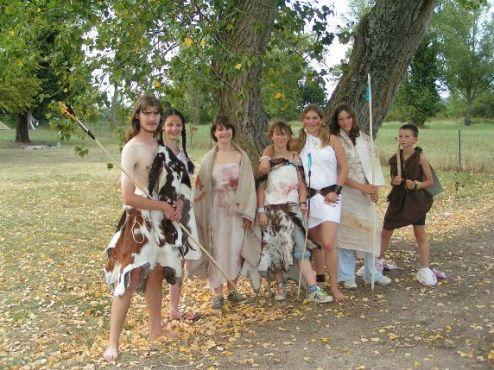 Des jeunes déguisés en hommes préhistoriues