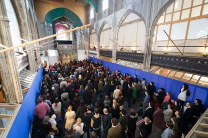 """Des membres de """"l'Assemblée du dimanche"""" assistent le 3 mars 2013 à un « office » à Londres"""