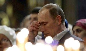 Le président russe Vladimir Poutine se signe