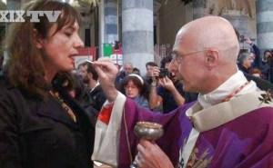 "Le ""cardinal"" Angelo Bagnasco donnant la ""communion"" à Vladimir ""Vladi"" Luxuria"