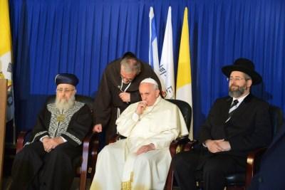 « Chaos Jorge » cache sa Croix pectorale aux Juifs.