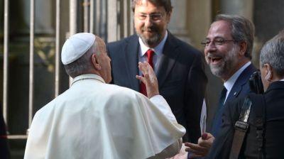 papeFrancois (g) est accueilli par le pasteur Eugenio Bernardini (d) Moderateur de la Table Vaudoise à Turin, le 22 juin 2015