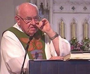Le Père Bob Maguire les doigts dans le nez.