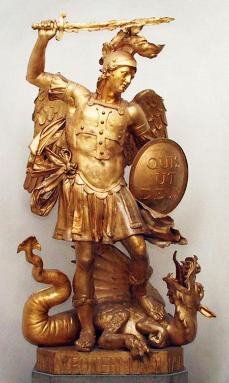 Statue de L'Archange Saint Michel écrasant Satan représenté par un dragon.