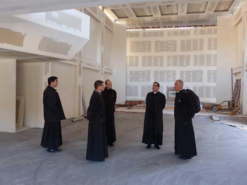 El obispo y sus impecables seguidores serviles