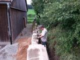 <p>Letzte Arbeiten an der Stützmauer</p>