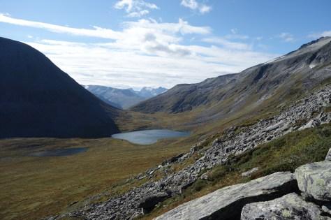 Utsikt mot Melkallvatna i Vetsre Melkallskaret. Bakeerst ser vi Storbreen og Bjørnbotnhøgda 1524 moh