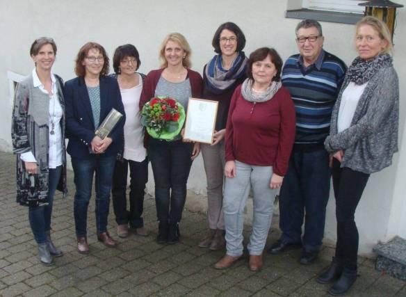 Bürgermeisterin Dagmar Kuster (links) ehrt Mitarbeiter der Stadt Hettingen
