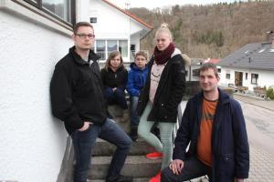 Alexander Fritz (links) und seine vier Geschwister leben in dem Haus, das er als 21-Jähriger für die Familie gekauft hat. Vier weitere größere Geschwister gibt es noch. Die Mutter ist vor acht Jahren, der Vater Anfang März gestorben. Fotos: Ignaz Stösser