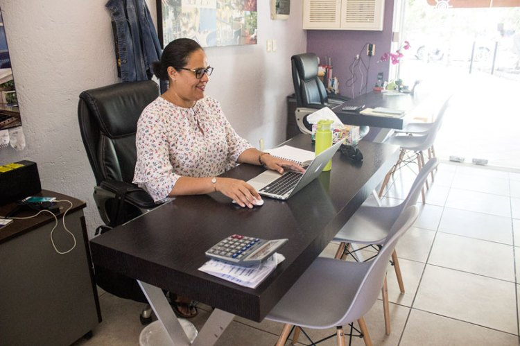what to expect from your real estate agent sit in front of her desk, puerto aventuras