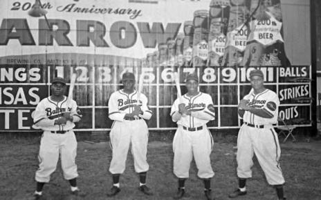 Members of the Baltimore Elite Giants pose for a picture.