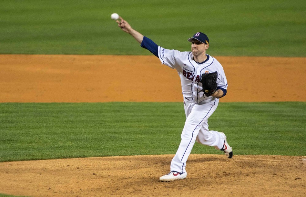 Josh Lindblom in action for the Doosan Bears.