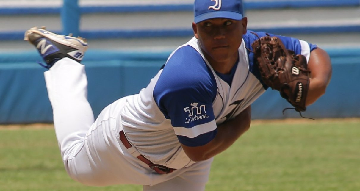 Brayan Chi on the mound for Leones de Industriales