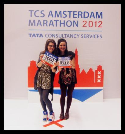 Rachel en ik met startnummers voor de (halve) A'dam marathon