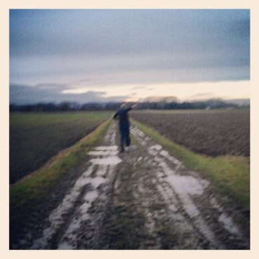 Erik glijdt door de modder