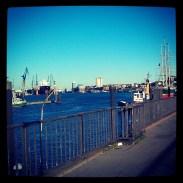 Langs het water lopen in Hamburg in de vroege morgen