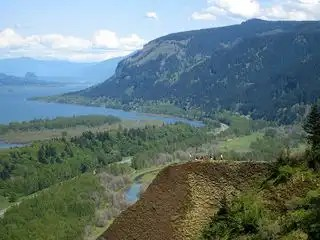 800px-Columbia_river_gorge_from_crown_point