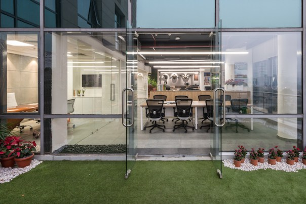The overall design of the premises provides continuous vistas from the office to the terrace and from the terrace to the city. Image courtesy of PHX India.