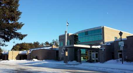 Municipal workers demonstrate at Blainville Town Hall