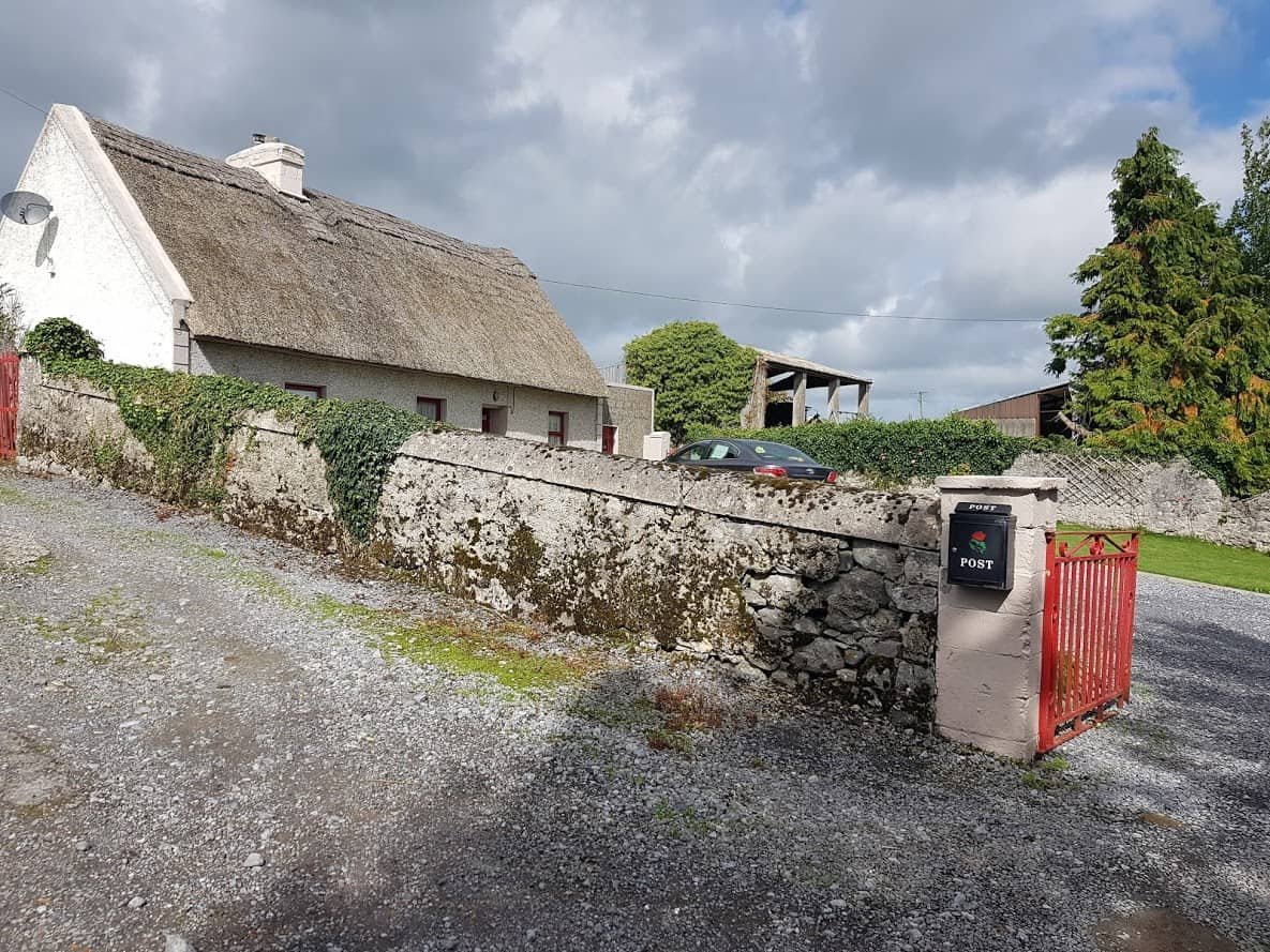 Image of a thatched Cottage on Kinincha Road