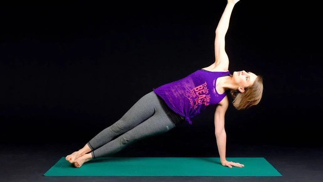 Woman doing side lank to strengthen core muscles