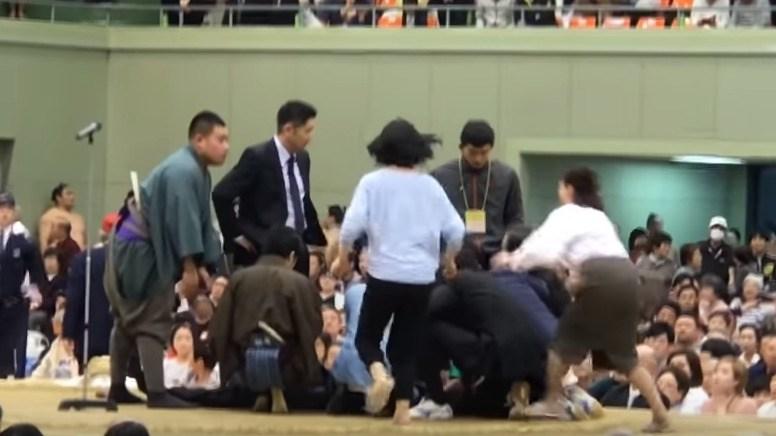 大相撲でのアナウンス「女性は土俵下りて」は当たり前に起きること
