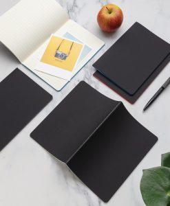 Lille notesbog med farvede kanter
