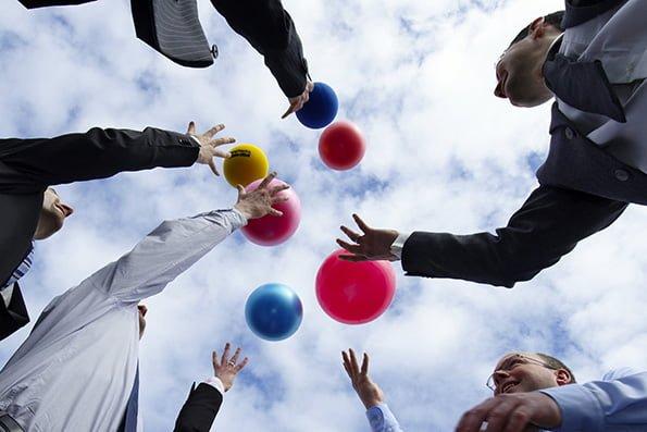 oameni de business arunca mingi