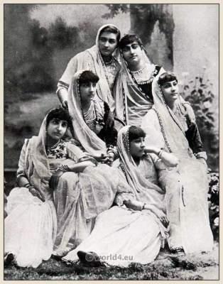 Bombay Girls. Traditional India costumes. Indian Sari.