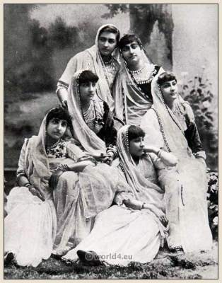 Bombay Girls. Traditional India costumes. Indian Sari.
