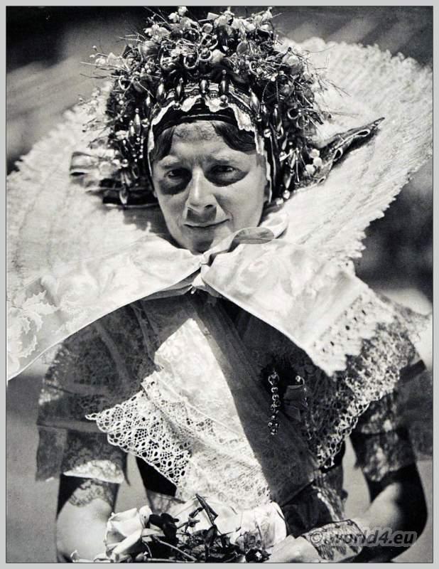 Junge Spreewaldbäuerin in traditioneller Sorauer Tracht