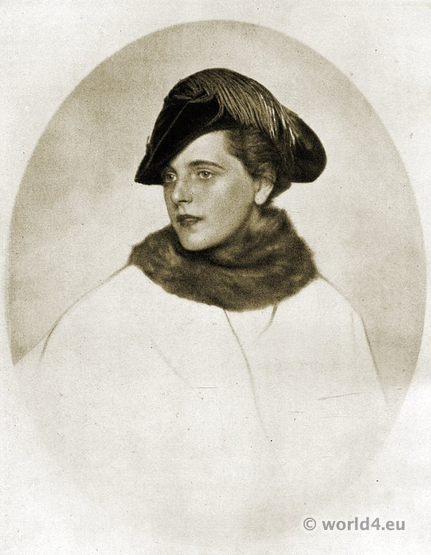 Art deco hat fashion Berlin 1915. Bicorn hat of dark green velvet with cocks neck feather decoration
