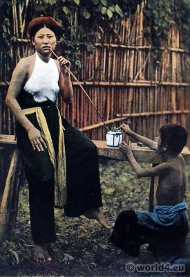 Femme fumant de l'opium. Tonkin dresses. Traditional Vietnamese Costume. Femme fumant de l'opium.