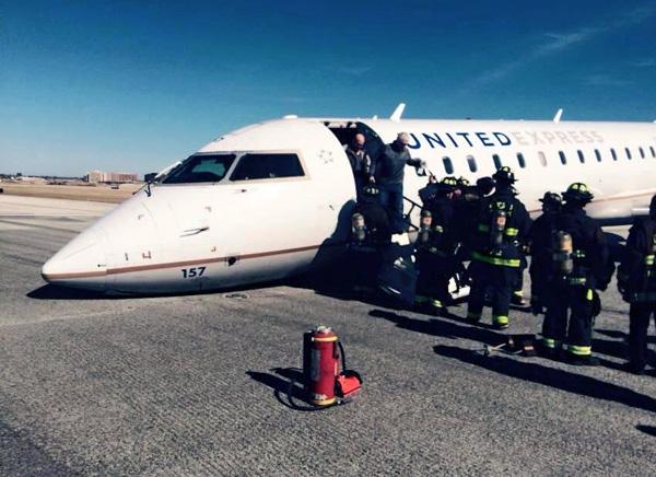 United Express flight UA 3645 makes a nose wheelup