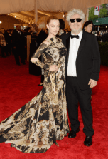 worst-actress-amanda-seyfried-covered-in-camouflage-givenchy-attended-with-director-pedro-almodovar