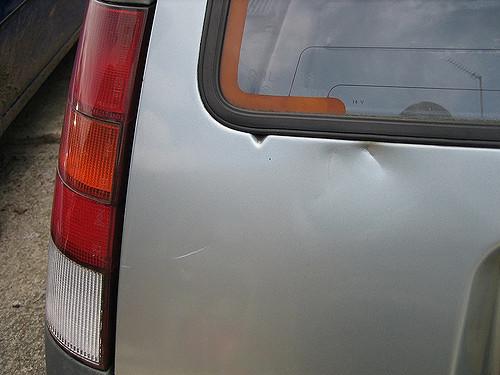 傷ついた車