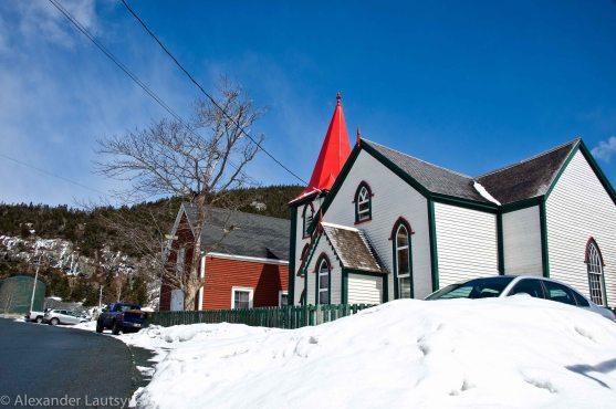 Красная крыша церкви