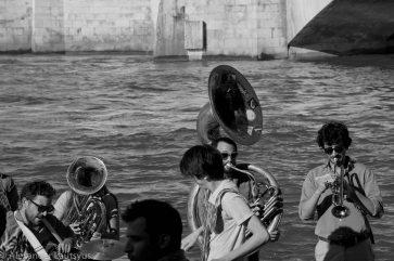 Духовой оркестр на берегу Сены