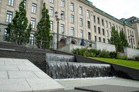 Фортан перед административным зданием