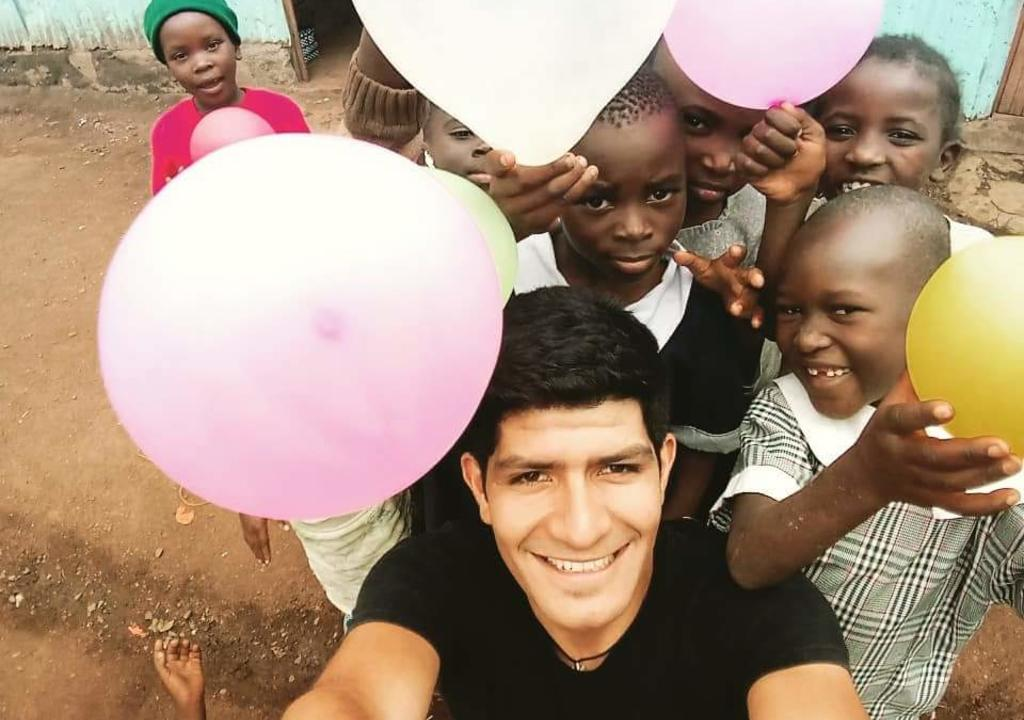 World Meets Kenya Volunteer plays with children